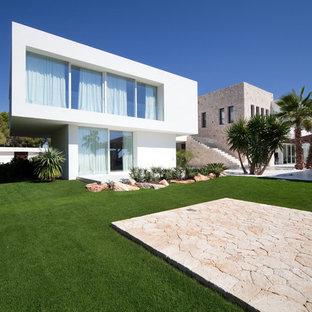 Diseño de fachada blanca, tropical, extra grande, a niveles, con revestimientos combinados y tejado plano