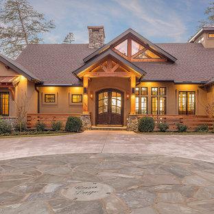 Réalisation d'une façade de maison beige chalet de taille moyenne et de plain-pied avec un toit en shingle et un toit à deux pans.