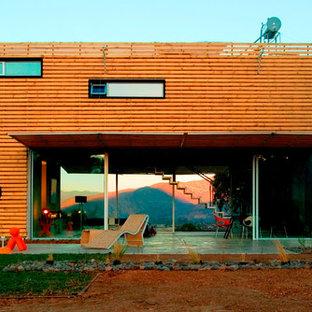 Ejemplo de fachada marrón, actual, grande, de dos plantas, con revestimiento de madera y tejado plano