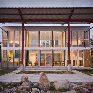 オースティンのコンテンポラリースタイルのおしゃれな家の外観 (ガラスサイディング) の写真