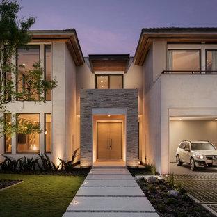 Ispirazione per la facciata di una casa beige contemporanea a due piani con rivestimenti misti