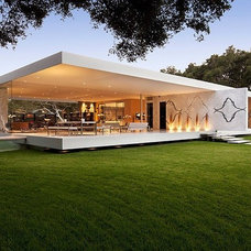 Contemporary Exterior by CASA'S SMART INTEGRAL GROUP TLC