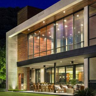 Diseño de fachada minimalista, de dos plantas, con revestimientos combinados