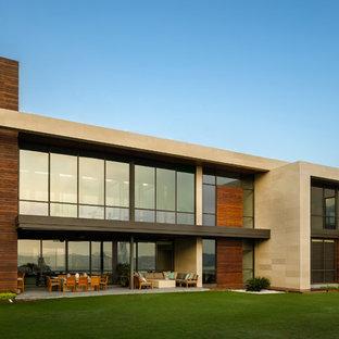 Foto de fachada moderna con revestimiento de madera