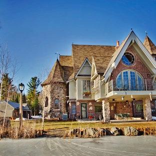 Idéer för ett stort rustikt flerfärgat hus, med tre eller fler plan, blandad fasad, sadeltak och tak i shingel
