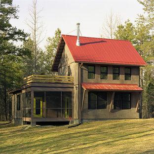 ローリーの中くらいのラスティックスタイルのおしゃれな二階建ての家 (茶色い外壁、赤い屋根) の写真