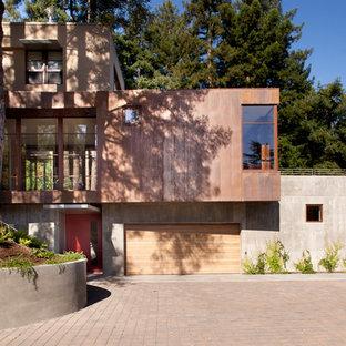 Foto de fachada marrón, moderna, grande, de dos plantas, con revestimiento de hormigón y tejado plano