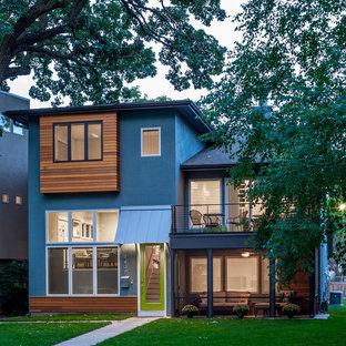 Cette photo montre une façade de maison bleue tendance à deux étages et plus.