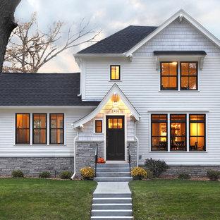 Esempio della facciata di una casa bianca classica a due piani di medie dimensioni con rivestimento in legno