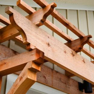 Mittelgroßes, Zweistöckiges, Beigefarbenes Stilmix Haus mit Faserzement-Fassade und Satteldach in Jacksonville