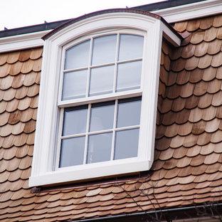 Ejemplo de fachada de casa blanca, clásica, grande, de tres plantas, con revestimiento de madera, tejado a doble faldón y tejado de teja de madera