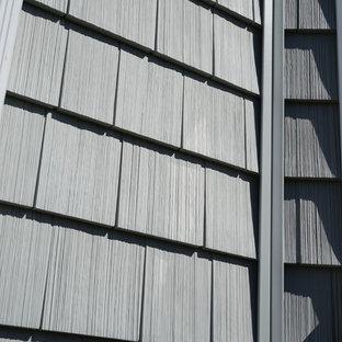 Modelo de fachada gris, retro, pequeña, de dos plantas, con revestimiento de vinilo y tejado a dos aguas