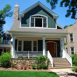Свежая идея для дизайна: двухэтажный, деревянный, зеленый дом среднего размера в классическом стиле с двускатной крышей - отличное фото интерьера