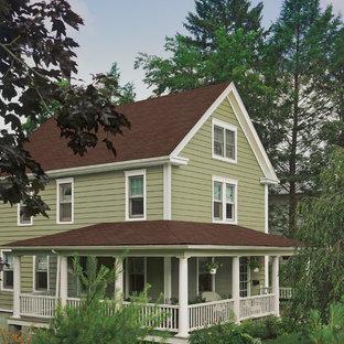 Idéer för ett litet klassiskt beige hus, med två våningar och vinylfasad
