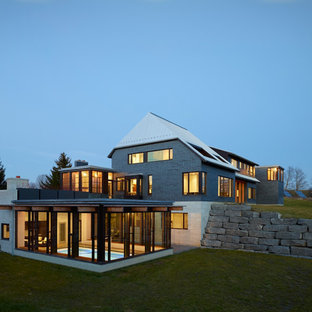 トロントのコンテンポラリースタイルのおしゃれな家の外観 (混合材サイディング、グレーの外壁) の写真