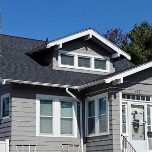 Idéer för ett klassiskt grått hus, med två våningar, sadeltak och tak i shingel