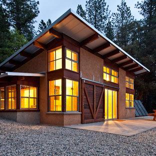 Imagen de fachada beige, rural, pequeña, a niveles, con tejado de un solo tendido y revestimiento de estuco