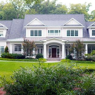 Diseño de fachada de casa gris, tradicional, grande, de dos plantas, con revestimiento de vinilo, tejado a dos aguas y tejado de varios materiales