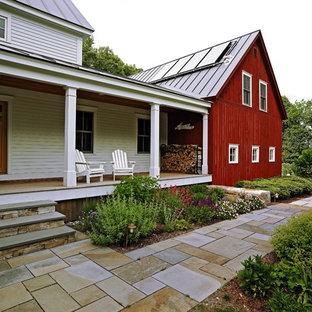 Immagine della facciata di una casa unifamiliare multicolore classica a due piani di medie dimensioni con rivestimento in legno, tetto a capanna e copertura in metallo o lamiera