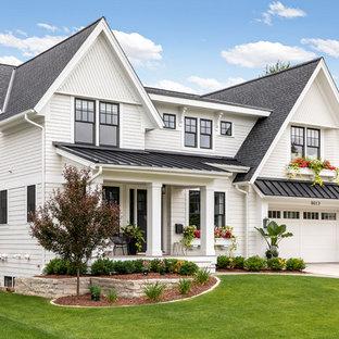 Idéer för att renovera ett mellanstort vintage vitt hus, med två våningar, blandad fasad, sadeltak och tak i mixade material