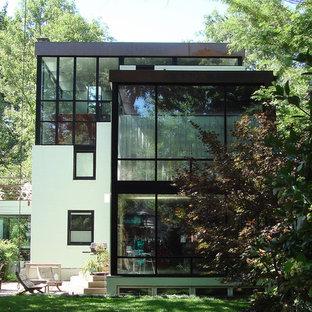 Idées déco pour une façade de maison moderne à un étage.