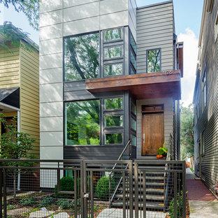 Ejemplo de fachada actual, pequeña, de tres plantas, con revestimiento de aglomerado de cemento