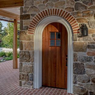Diseño de fachada de casa blanca, grande, de dos plantas, con revestimiento de aglomerado de cemento, tejado a doble faldón y tejado de teja de madera