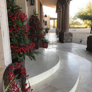 Diseño de fachada beige, ecléctica, grande, de dos plantas, con revestimiento de estuco y tejado a cuatro aguas