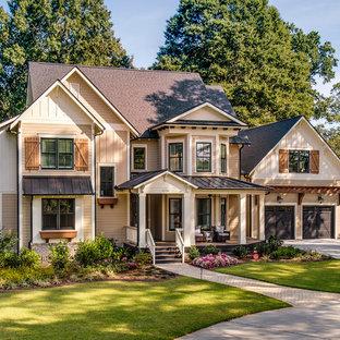 Immagine della facciata di una casa beige vittoriana a due piani con copertura mista