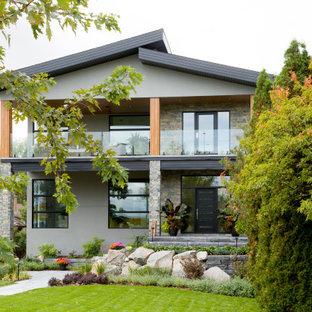 他の地域のコンテンポラリースタイルのおしゃれな家の外観 (混合材サイディング、グレーの外壁、黒い屋根) の写真