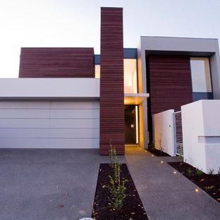 На фото: двухэтажный, белый дом в современном стиле с комбинированной облицовкой и плоской крышей