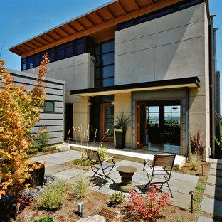 Foto della facciata di una casa contemporanea con rivestimento in cemento