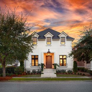 Ispirazione per la facciata di una casa unifamiliare piccola bianca classica a due piani con rivestimento in stucco, tetto a padiglione e copertura a scandole