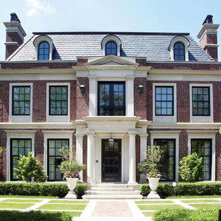 Idée de décoration pour une façade en brique tradition avec un toit à quatre pans.