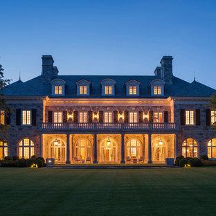 Cette image montre une très grande façade de maison multicolore traditionnelle à deux étages et plus avec un toit à quatre pans et un toit en shingle.