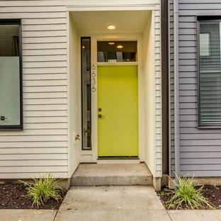 ポートランドのモダンスタイルのおしゃれな家の外観 (コンクリート繊維板サイディング、緑の外壁、陸屋根、アパート・マンション、板屋根) の写真