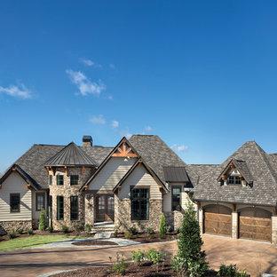 Ispirazione per la facciata di una casa unifamiliare grande marrone classica a due piani con rivestimento con lastre in cemento, tetto a capanna e copertura mista