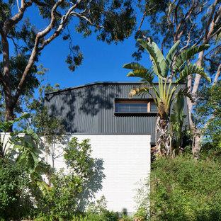 Неиссякаемый источник вдохновения для домашнего уюта: маленький, двухэтажный мини-дом в современном стиле с облицовкой из металла