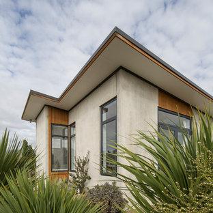 他の地域の小さいモダンスタイルのおしゃれな家の外観 (コンクリートサイディング、グレーの外壁) の写真