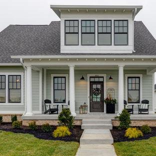 インディアナポリスの中くらいのトランジショナルスタイルのおしゃれな家の外観 (ビニールサイディング、青い外壁) の写真