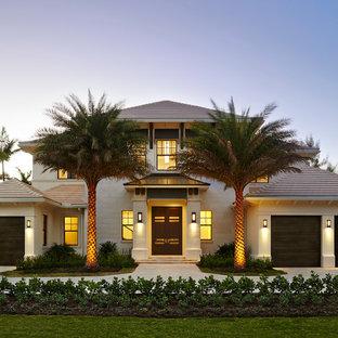 Diseño de fachada blanca, exótica, grande, de dos plantas, con revestimiento de estuco y tejado a cuatro aguas