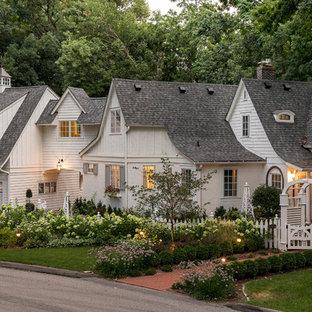 Ejemplo de fachada de casa blanca, clásica, de dos plantas, con tejado a dos aguas y tejado de teja de madera