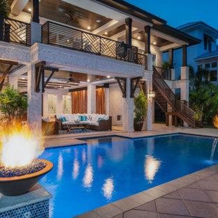 Idee per la villa grande bianca tropicale a tre piani con rivestimento in stucco, tetto a padiglione e copertura in metallo o lamiera