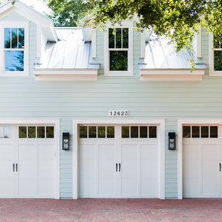 Diseño de fachada de casa blanca, costera, grande, de dos plantas, con tejado de metal, revestimiento de vinilo y tejado a dos aguas