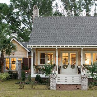 Imagen de fachada exótica, de tamaño medio, de dos plantas, con revestimiento de madera
