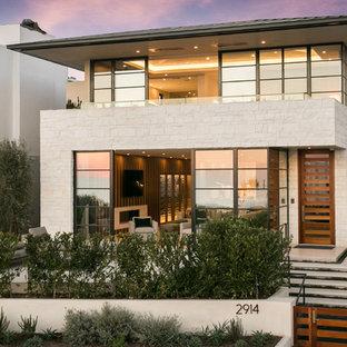 Cette image montre une très grand façade de maison beige design à un étage avec un revêtement mixte et un toit plat.