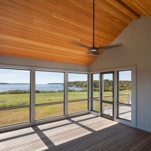 ポートランド(メイン)のトランジショナルスタイルのおしゃれな家の外観 (木材サイディング、グレーの外壁) の写真