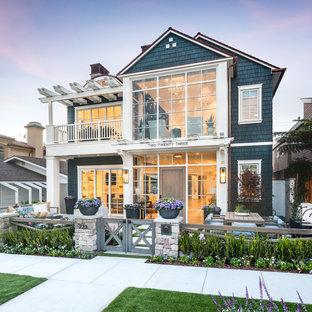 Mittelgroßes, Zweistöckiges, Blaues Maritimes Einfamilienhaus mit Holzfassade, Satteldach und Schindeldach in Orange County