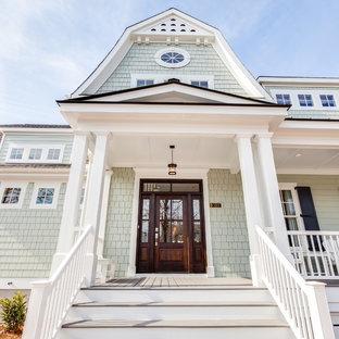Стильный дизайн: большой, двухэтажный, зеленый дом в морском стиле с облицовкой из бетона - последний тренд