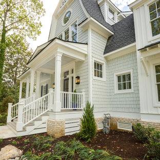 他の地域のおしゃれな家の外観 (コンクリートサイディング、グレーの外壁、混合材屋根) の写真